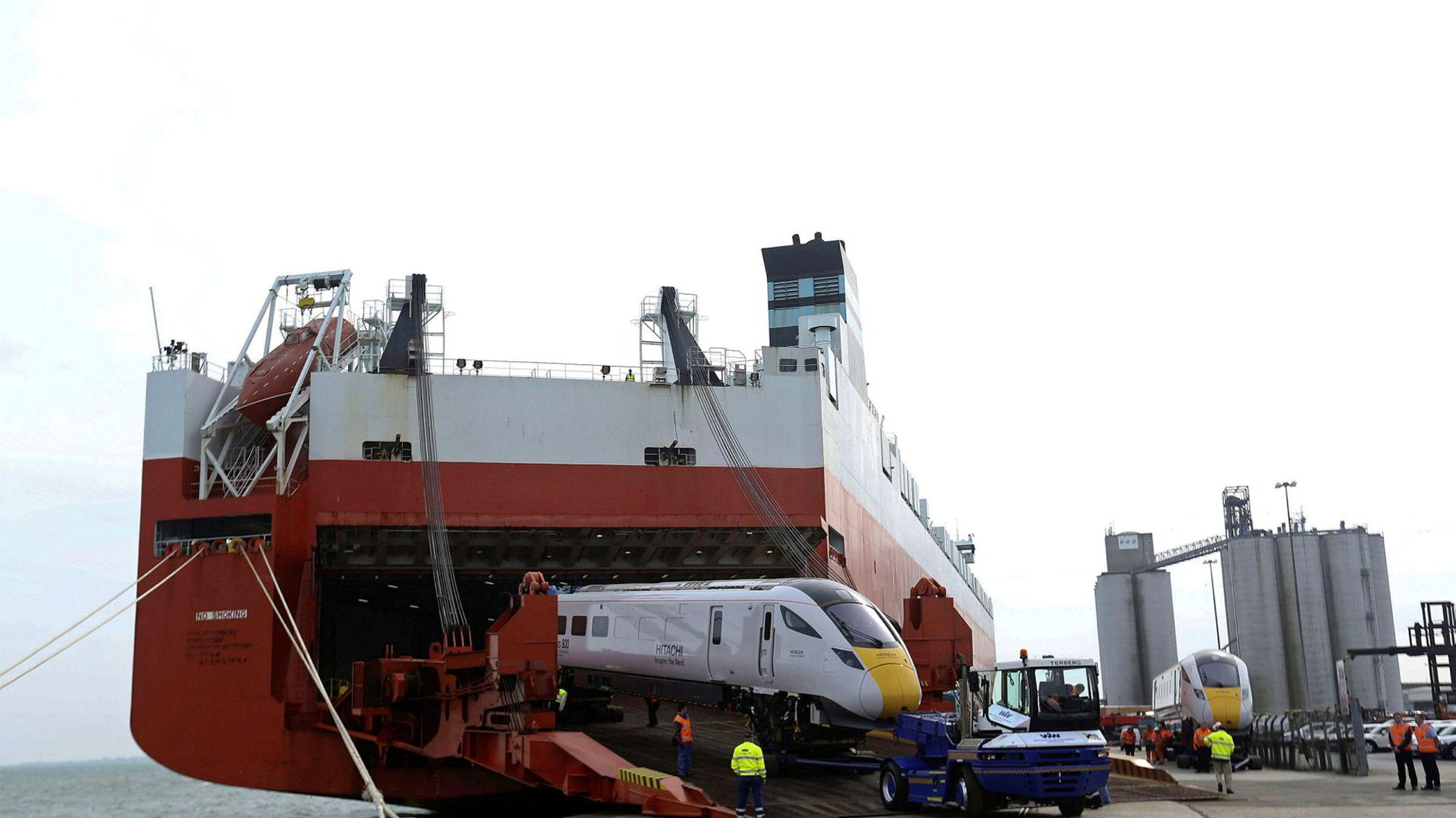 Et tog lastes av et skip driftet av Wallenius Wilhelmsen i Southampton i Storbritannia.