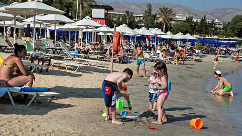 Grand Beach i Lagonisa er langt fra full av greske gjester. Stranden er privat og ikke alle tar seg råd til å leie en solseng og svømme fra marinaen.