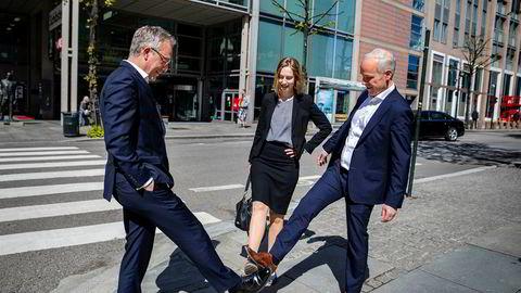 Abelia-sjef Øystein E. Søreide (til venstre), næringsminister Iselin Nybø (V) og finansminister Jan Tore Sanner (H) møtes forskriftsmessig utenfor Finansdepartementet for å snakke om den nye opsjonsskatteordningen som presenteres i revidert nasjonalbudsjett tirsdag.