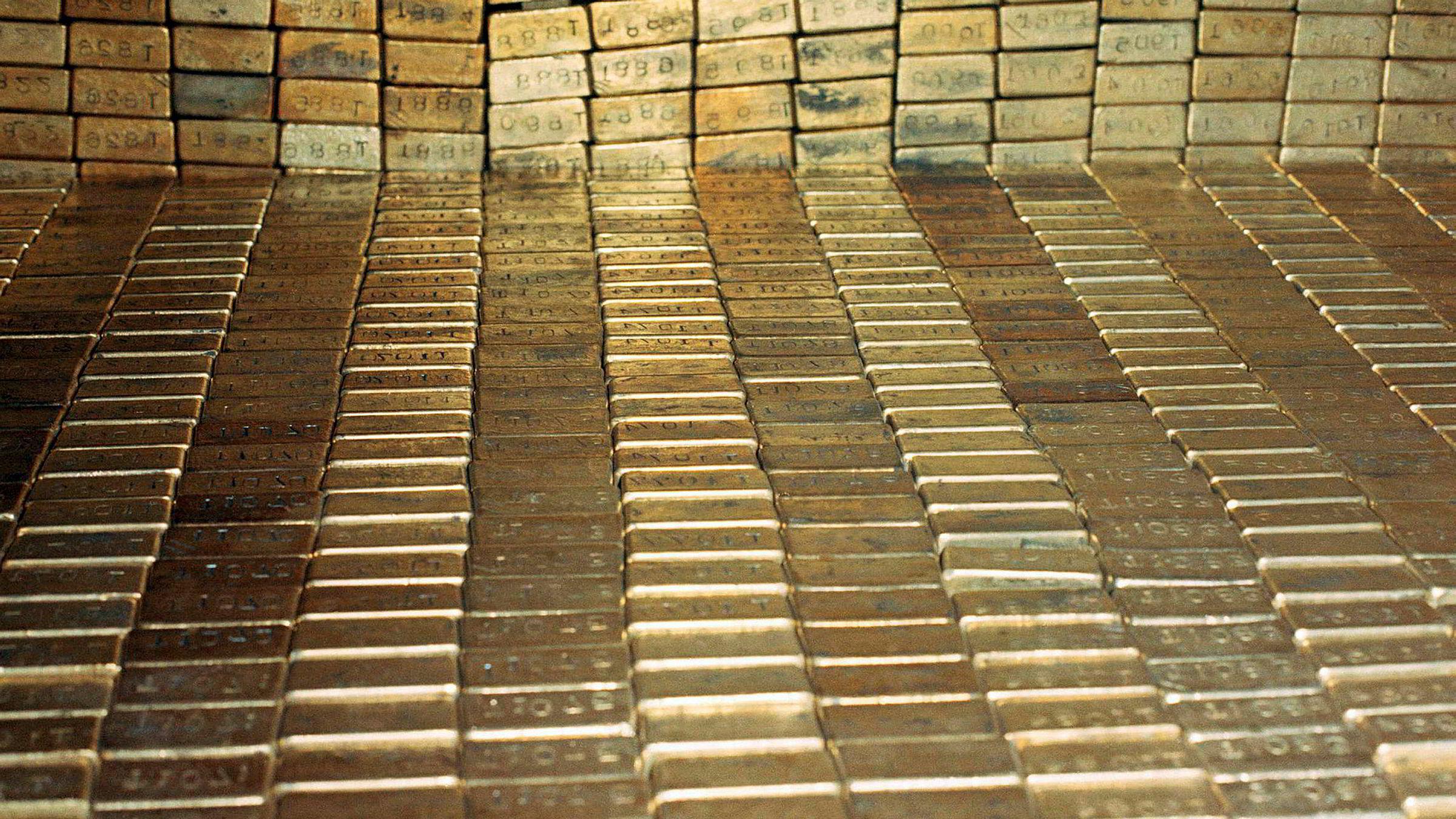 USAs gullbeholdning fotografert i 1974. Ifølge USAs finansminister var 1974 forrige gang noen andre enn de ansatte ved Fort Knox har sett gullet.