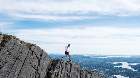 I fjellene som omgir Bergen har Stian Angermund-Vik jobbet med utforløpingen for å kunne henge med i eliten i skyrunning, eller fjelløping på norsk.