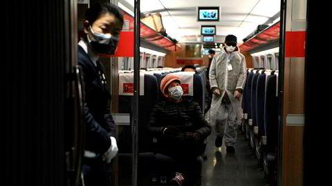 Som bosatt i Shanghai har jeg sett en enorm innsats fra ulike selskap for å lage gode løsninger for å hjelpe både innbyggere og myndighetene, skriver Heidi Berg i innlegget. Her bærer reisende på et tog ved Hongqiao-stasjonen i Shanghai masker 2. mars.