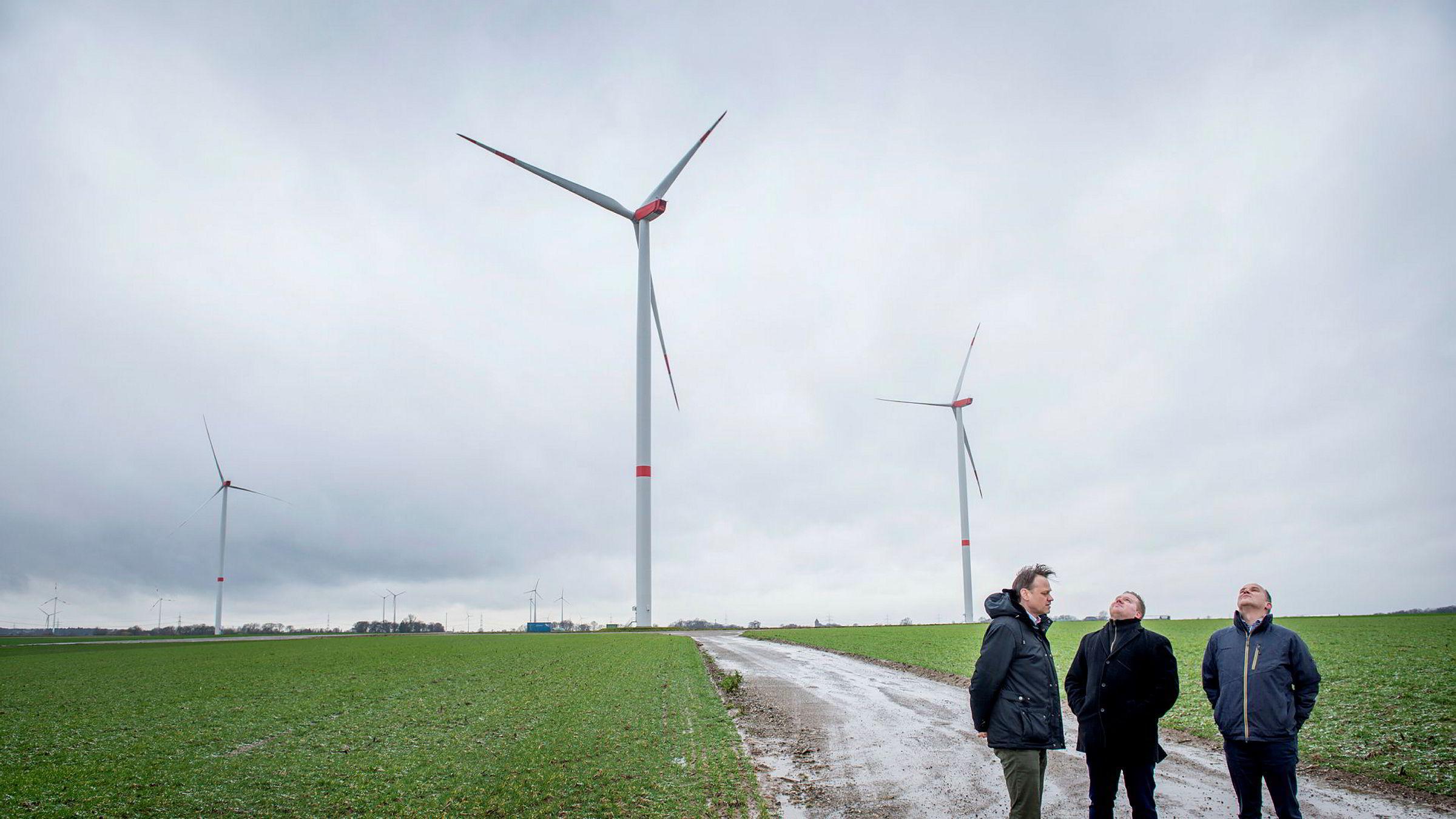 Statkraft vil være desidert størst på virtuelle kraftverk i Europa, og salgssjef Marc Kohlebach, (til venstre) får stadig nye kunder, som Guido Rulands (til høyre) og Jacob Beisser i prosjektutviklerselskapet BMR som overlater styringen av vindkraftparkene sine til Statkraft.