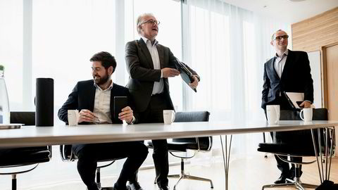 Mandag ettermiddag signerte HitecVision-kontrollerte Verus Petroleum kjøp av oljeandeler for 1,6 milliarder kroner. Investeringsdirektør i HitecVision Bertel Ånestad (til venstre), seniorpartner Gunnar Halvorsen og seniorpartner Einar Gjelsvik har ledet prosessen fra Stavanger.