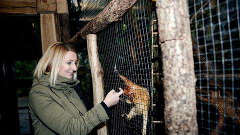 Salgs- og markedsdirektør Anniken Bjørnstad Schjøtt i Dyreparken i Kristiansand håper kronekursen holder seg svak. Her er hun sammen med en leken løvetamarin.