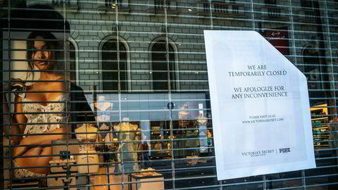 Eksklusivt undertøy fra Victoria's Secret frister ikke lenger oppkjøperne. Her fra en koronastengt butikk i New York.