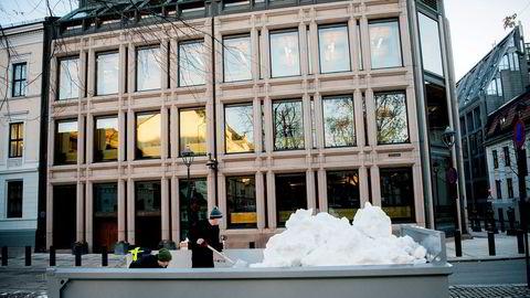 Det var lite snø i gatene rundt Bankplassen i desember 2017. Men en container med snø sikret de rette omgivelsene til julegløggen for de ansatte i Norges Bank.