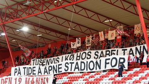 Savnet av publikum markeres på tribunene før eliteseriekampen i fotball mellom Brann og Kristiansund på Brann Stadion 25. juli.