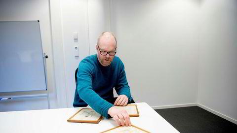 Seniorekspert Tor Henrik Fjelldal i Blomqvist med tre av de fire tegningene som ble trukket fra auksjon, etter mistanke om at de var falske.