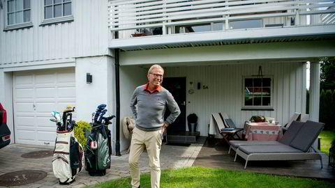 Morten Østby-Deglum (66) handler mye på nett. – Alt jeg har på meg i dag er kjøpt på nett, forteller Østby-Deglum som poserer hjemme i hagen på Blommenholm i Bærum.