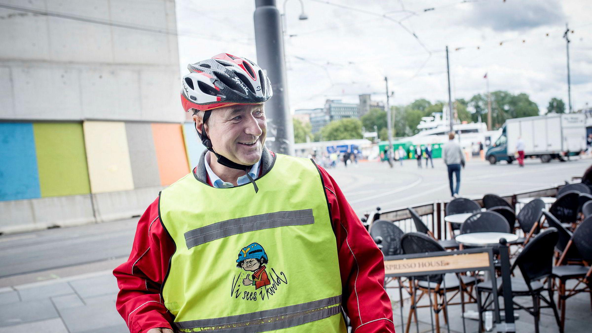 Christen Sveaas på vei inn i kontorlokalene til Kistefoss på Aker Brygge.