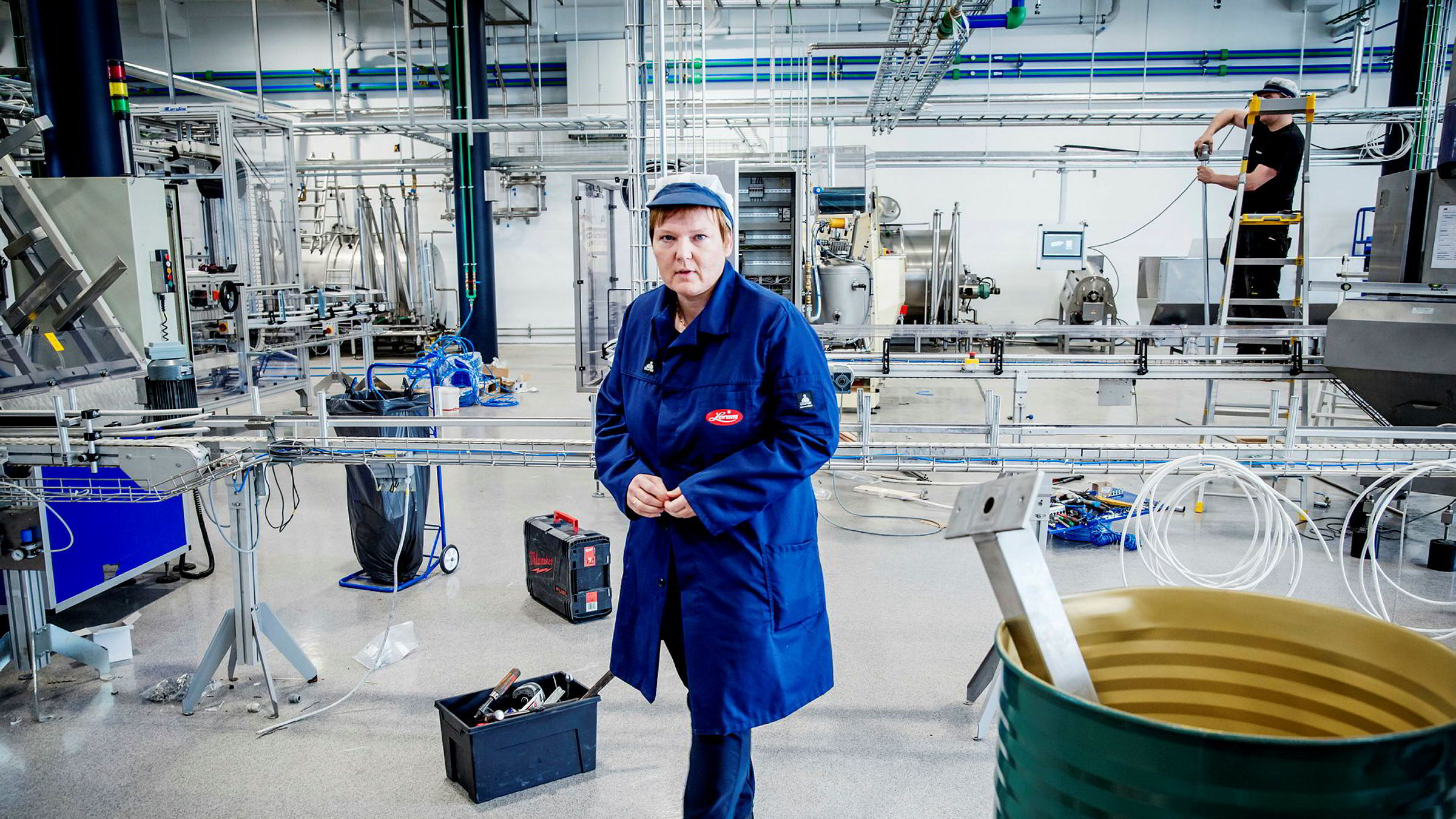 Her på den nye fabrikken på Kaupangerskogen håper konsernsjef Trine Lerum Hjellhaug at syltetøyglassene snart skal komme på samlebånd. Syltetøyproduksjonen flyttes ut fra Sogndal sentrum og samlokaliseres med saftproduksjonen.