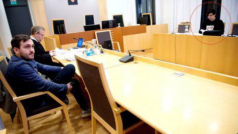 Dennis Vareide (til venstre) og advokat Jon Wessel-Aas møter youtuberen Benjamin Falmark Foss i tingretten fredag. Foss stiller uten advokat.