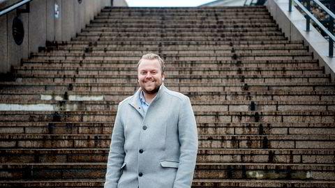 Nyutdannede Karsten Gutterød Hauklien (25) ser ingen grunn til å ha hastverk med å binde renten.
