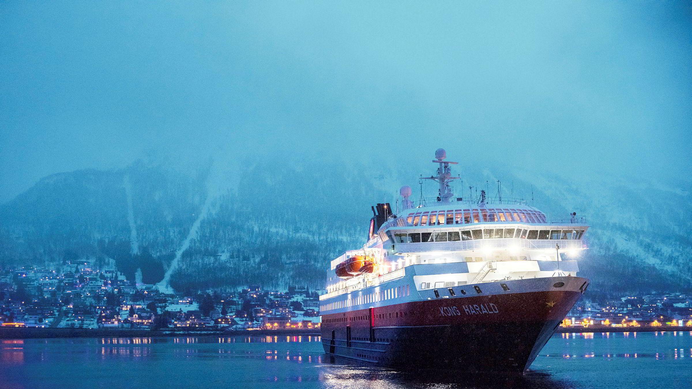 Hurtigruten har avbestilt gassmotorer til tre skip på grunn av koronakrisen. Her legger Kong Harald til kai i Tromsø.