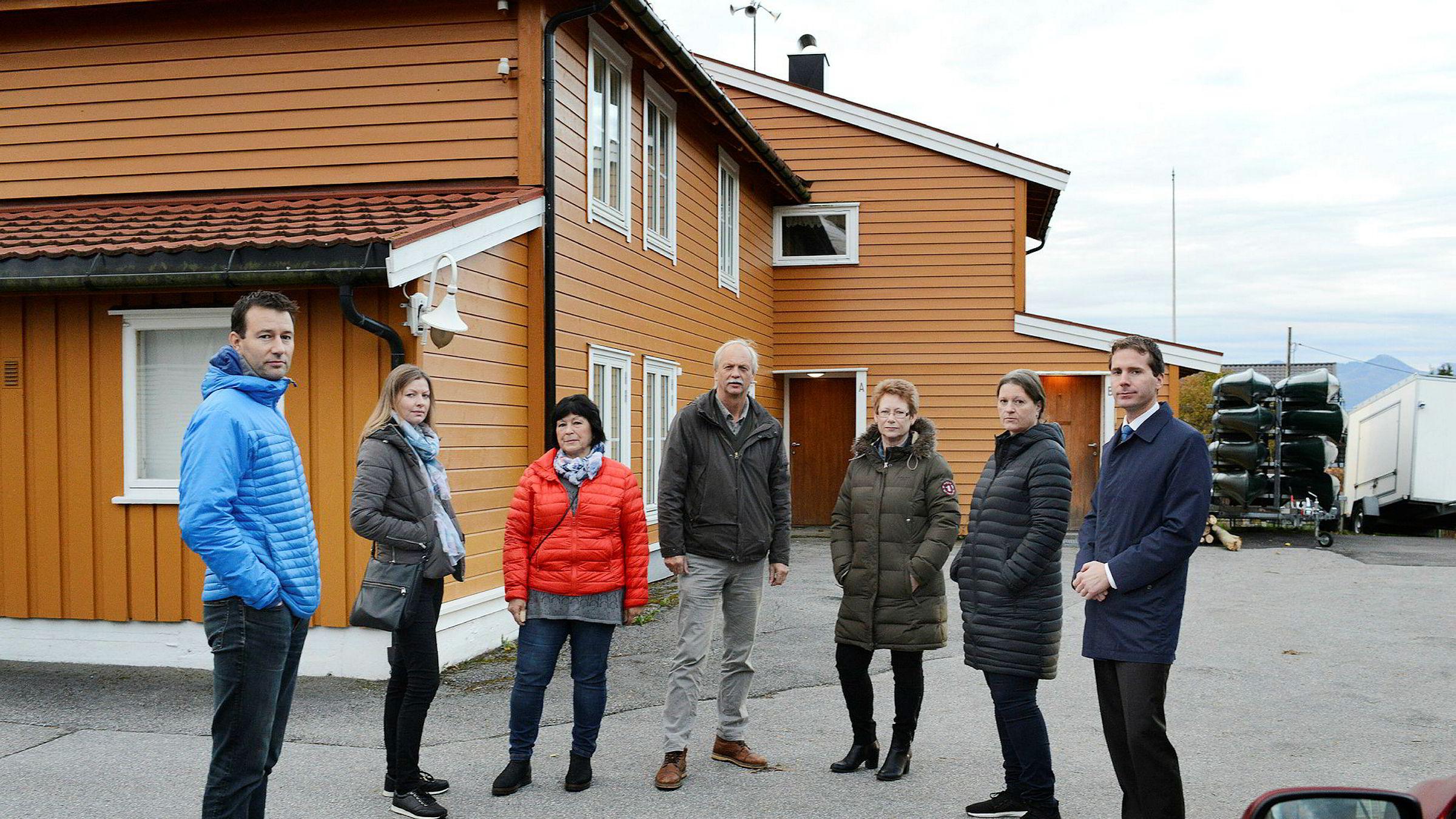 Det tidligere samarbeidsutvalget og deres advokat utenfor det som var Teoball barnehage i Molde. Fra venstre; Åge Vassdal, Hege Olsen, Audny Frostad, Arnt-Inge Sæter, Toril Y. Otterholm, Ann-Kristin Stormyr og Erik Wold.