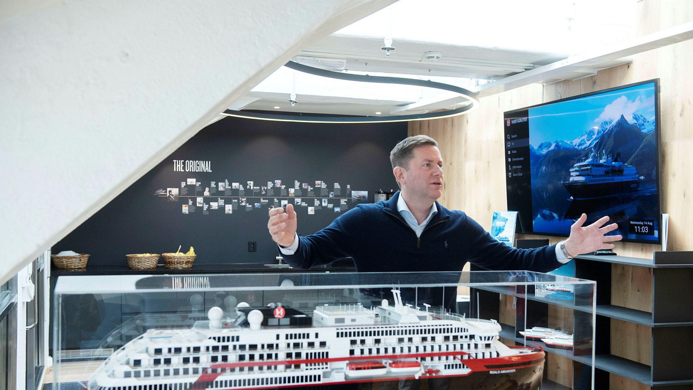 Hurtigrutens toppsjef Daniel Skjeldam sier det kan bli flere hybridskip eller oppkjøp av andre selskaper. Her med en modell av MS «Roald Amundsen».