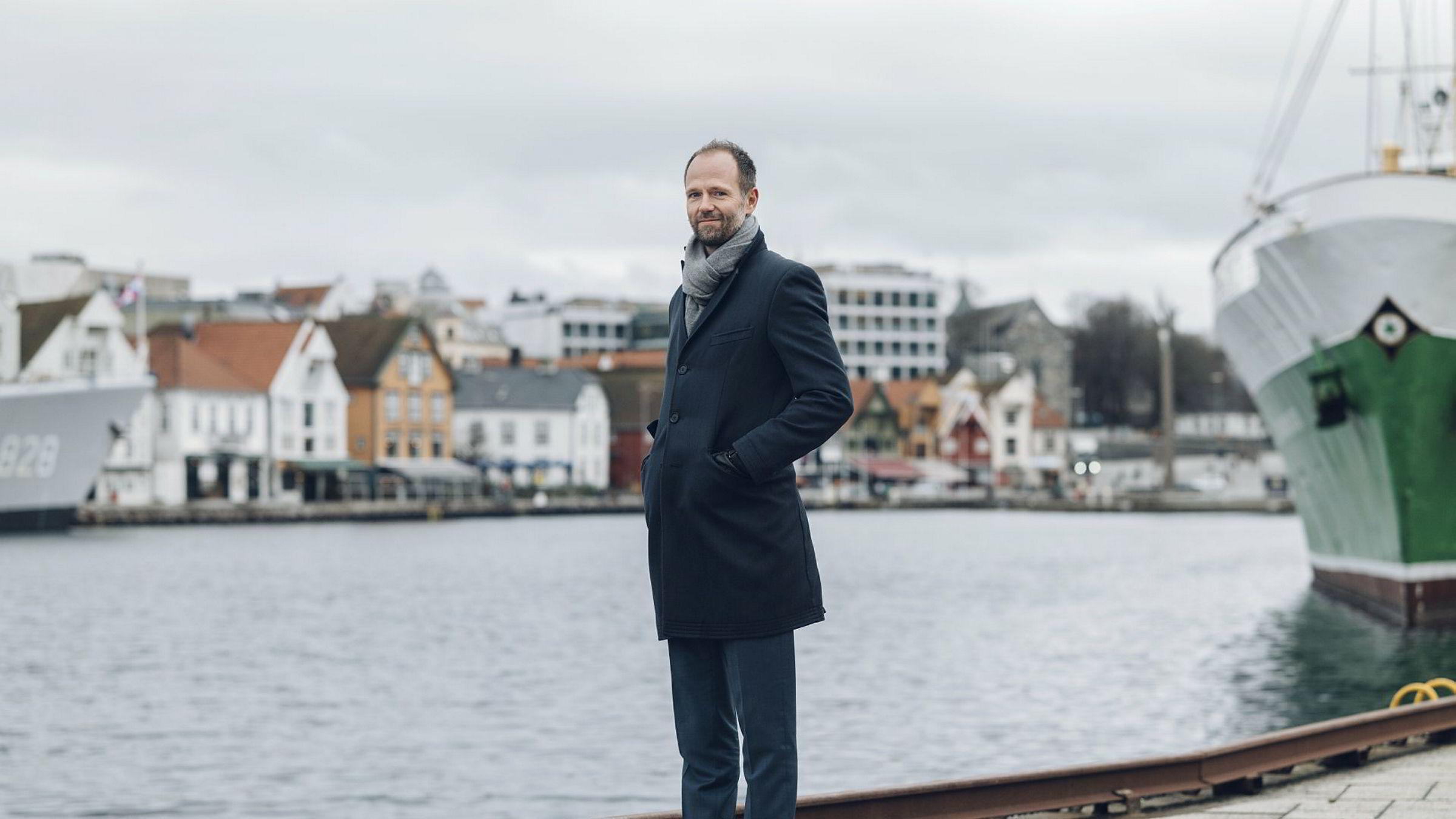 Partner Daniel Rennemo i revisjons- og rådgivningsselskapet PwC har gått gjennom samtlige transaksjoner på norsk sokkel. Han er ikke i tvil om hva som driver endringene. Her fotografert på kaien i oljebyen Stavanger.