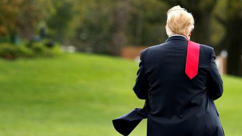 President Donald Trump på vei over plenen sør for Det hvite hus lørdag, før avreise til Michigan.