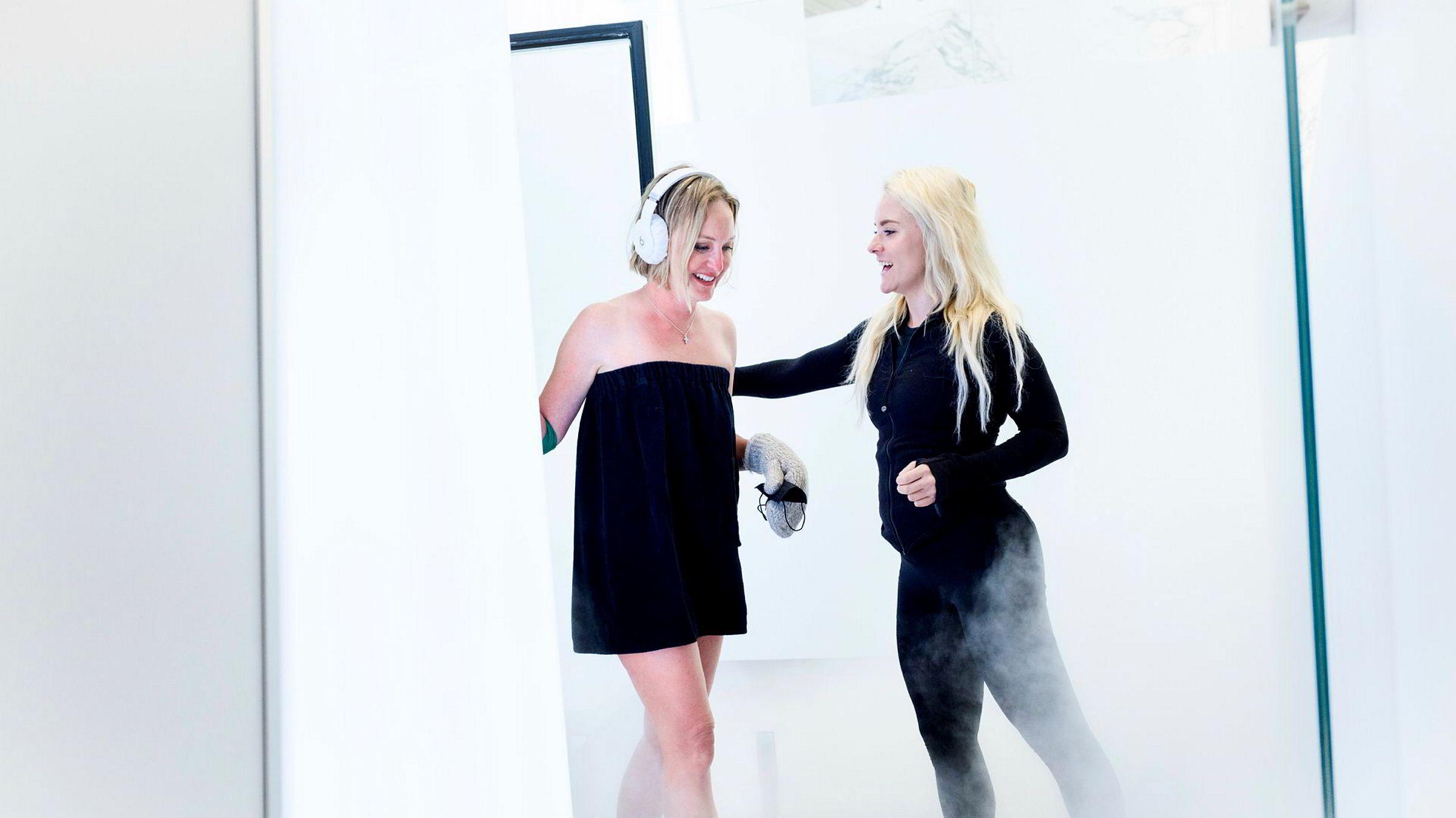 Rebecca Mullin har nettopp tilbrakt noen minutter i et rom med minus 65 grader og blir hentet ut av ansatt Taylor Orourke hos Next Health i Beverly Hills.