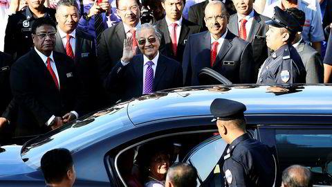 Malaysias nye statsminister Mahathir Mohamad (med lilla slips) har kritisert en rekke prosjekter som den forrige regjeringen igangsatte som «hvite elefanter». Nå skrotes prosjekter verdt flere hundre milliarder kroner.