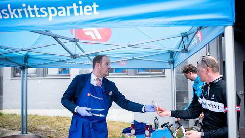 Landbruksminister Jon Georg Dale serverer pølse til samferdselsminister Ketil Solvik-Olsen på Fremskrittspartiets landsmøte.