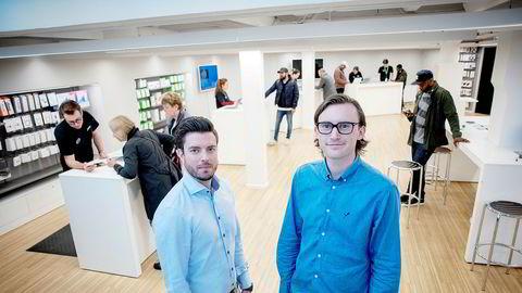 – Den typiske kunden som kommer her, har enten knust skjermen og vil bytte til en ny, eller skifte batteri på telefonen, sier kjededirektør Espen Berger til venstre i Eplehuset. Til høyre markedsdirektør Marius Brevik.