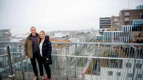 Johan Nordström og samboer Ruby Davis på balkongen i leiligheten i Barcode-rekken. Nordström var en av de første innflytterne i Bjørvika.