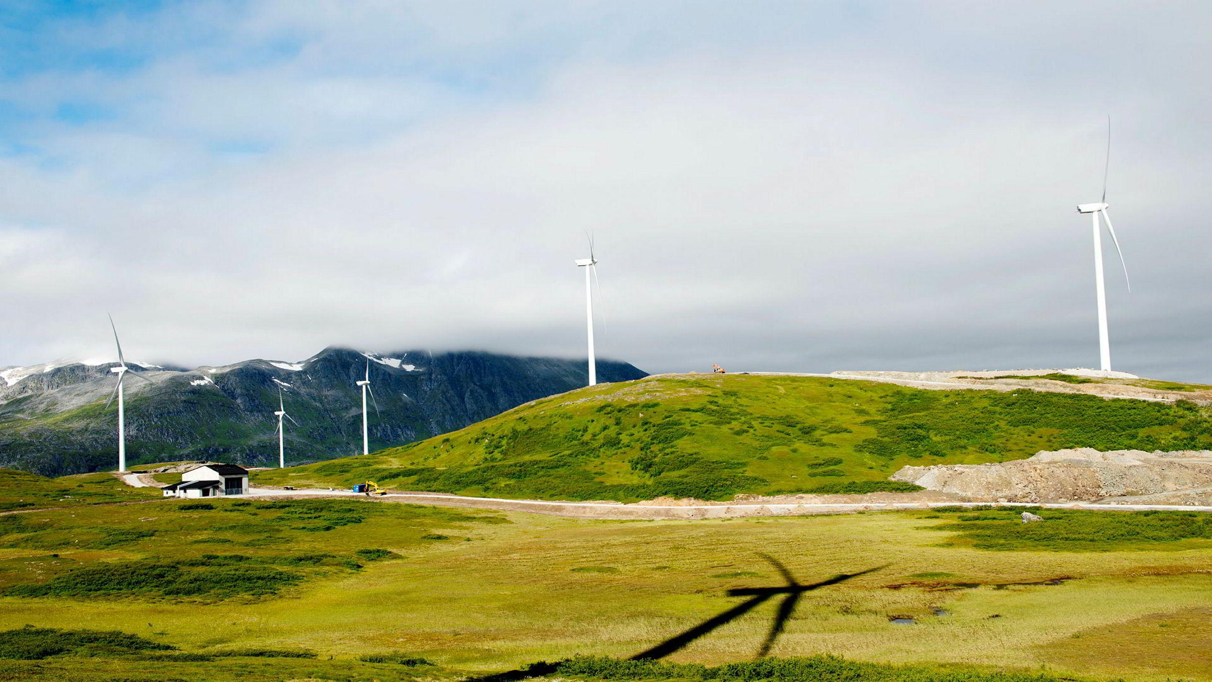 En tilsvarende enkel løsning er om norske kraftprodusenter lar være å selge den grønne kraften til Europa. Her fra Fakken vindpark på Vannøya.