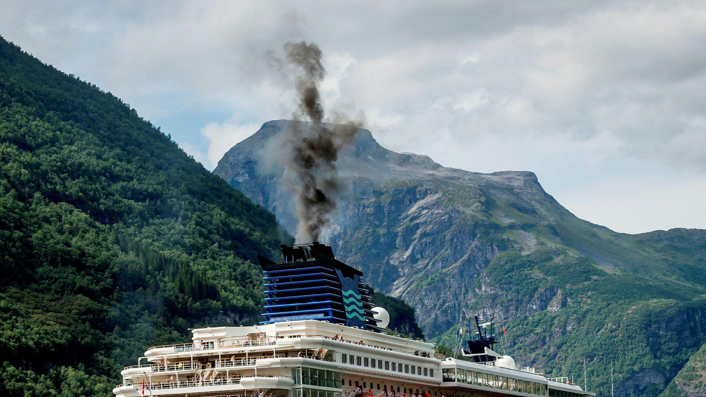 Dieselrøyk fra cruiseskip i Geirangerfjorden. Utslippene fra shipping i dag vil fortsatt varme kloden i mange århundrer, skriver artikkelforfatterne.