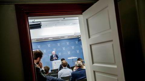 Svein Gjedrem overleverte rapporten om ny sentralbanklov til finansminister Siv Jensen for ett år siden.