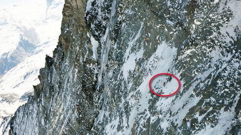 Klatrer uten sikring. Dani Arnold (33) blir liten i den store fjellveggen opp mot Matterhorn på grensen mellom Sveits og Italia. Faller han her, blir fallet fatalt.