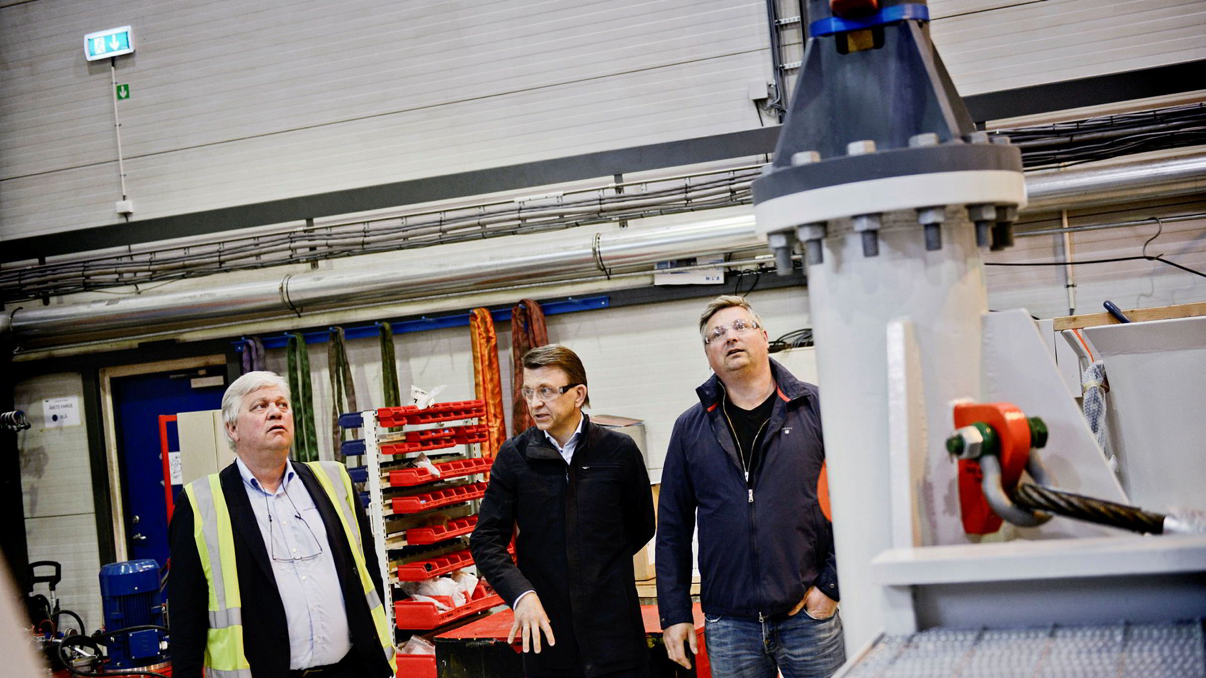 Jon Guste-Pedersen (til venstre) har trappet ned og blitt banksjef for forretningsutvikling i Skagerrak Sparebank. Men han var sentral da banken ble eneeier av konkursrammede Vestmar Productions. I midten styreleder Arild Hestås og daglig leder Bjørn Rino Jacobsen fra da DN besøkte bedriften i mars i år.
