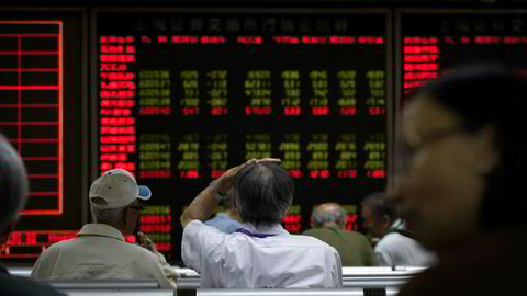 Asiatiske børser faller på fredag. Investorer er nervøse har trukket ut det største beløpet i år fra fremvoksende markeder den siste uken.