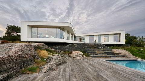 På knausen. Saunders Architecture ønsket å bevare tomten best mulig. Der det er en slakk helning i terrenget, mot sjøen, valgte Saunders å legge en steintrapp av lokalstein.