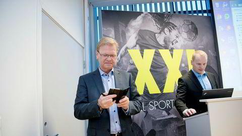 XXL-sjef Fredrik Steenbuch (til venstre) og avgående finansdirektør Krister Pedersen på kvartalspresentasjonen der Steenbuch laget show med en liksomtelefon fra en shortinvestor.