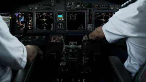 SAS prøver å få pilotene til å godta nye kutt, og frister med å beholde flere i jobben. Her fra SAS-cockpit tidligere i år.