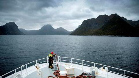 Det norske sjømatselskapet Nergårds nest største eier har mottatt 50 millioner kroner fra Samherjis etterforskede Kypros-selskap. Her er en Nergård-tråler på vei fra Tromsø til Senjahopen.