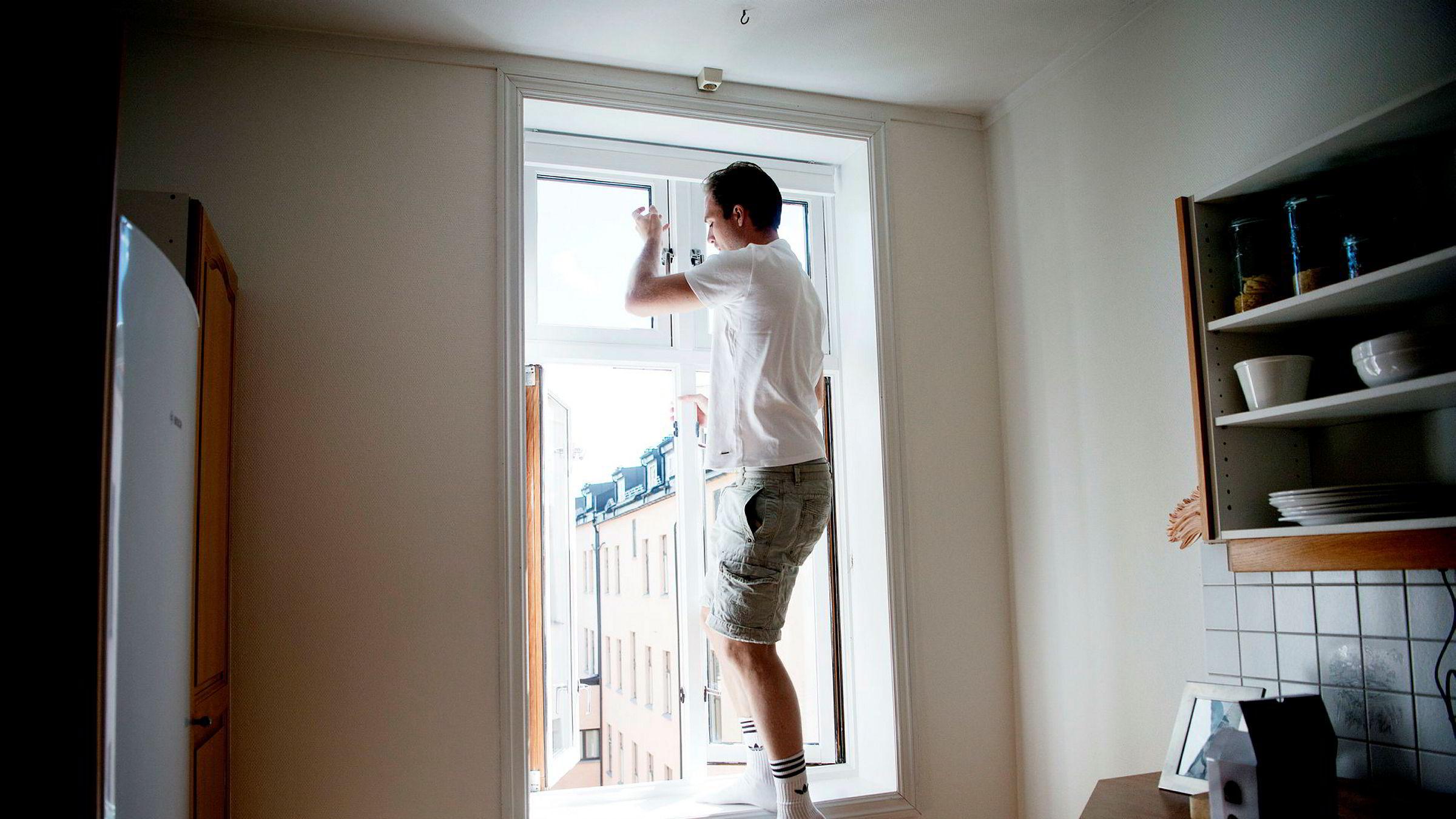 Nils Andreas Schive (29) installerer seg i nykjøpt leilighet på Grünerløkka i Oslo, men får ikke solgt sin gamle leilighet på Frogner.