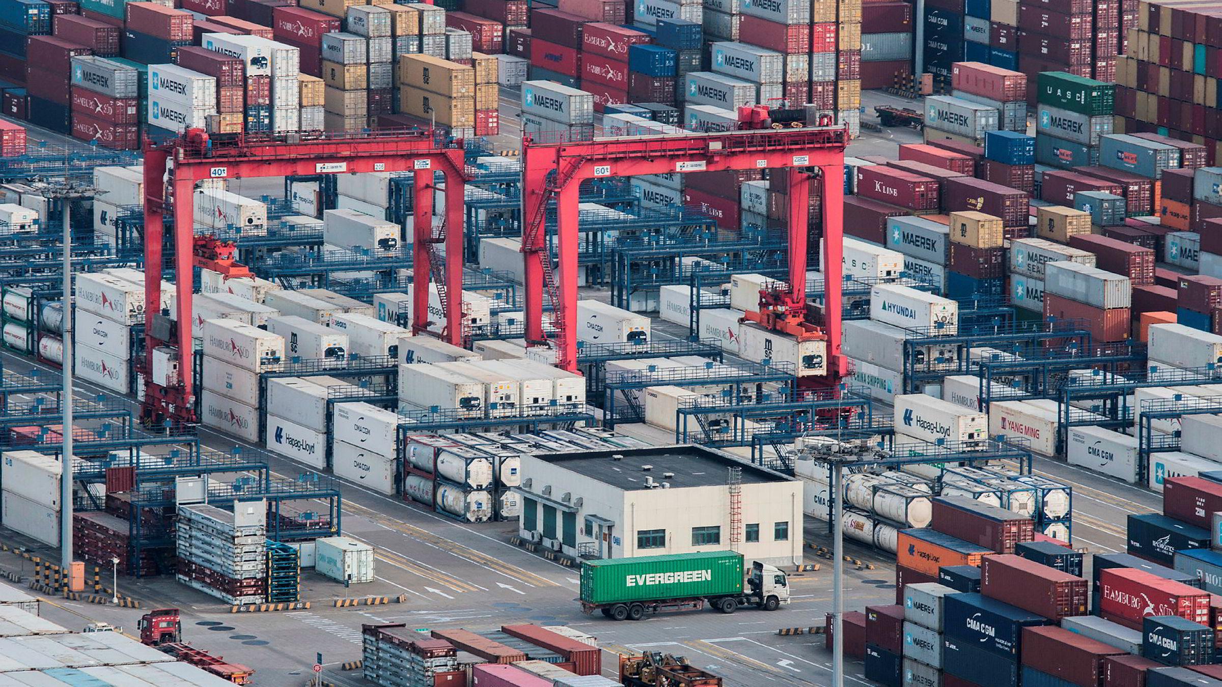 Handelsoverskuddet med USA falt i mars til 15,4 milliarder dollar, ned fra 21 milliarder dollar i februar.