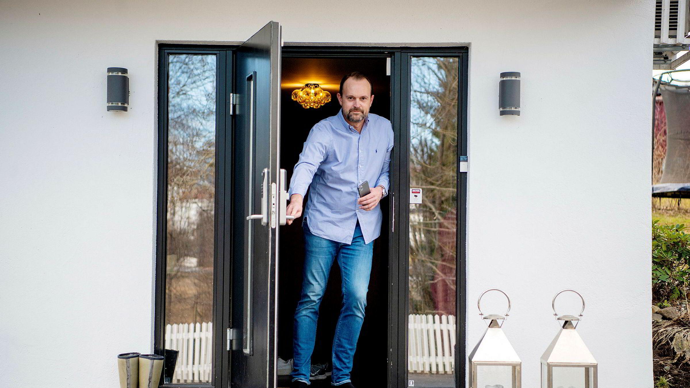 Partner og eiendomsmegler Anders Langtind i Privatmegleren Ullevål blir nedringt av urolige kunder, men opplever foreløpig ingen panikk: – Nei, ingenting ennå, og markedet blir jo reddet av den rentenedsettelsen, sier Langtind som for tiden er i hjemmekarantene i familieboligen.