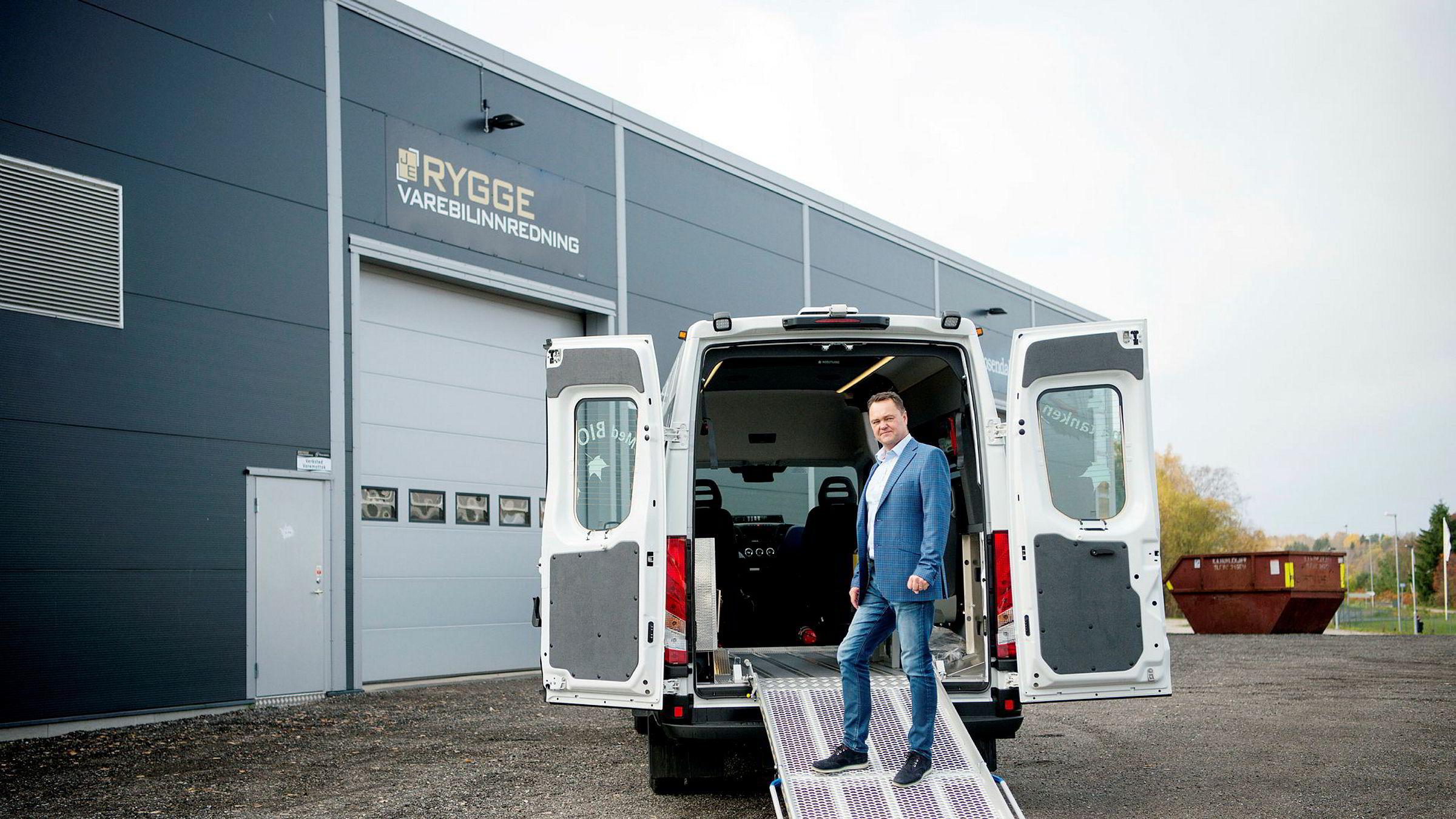 – Vi har hittil i år levert innredning av 53 minibusser til Oslo Taxibuss, sier daglig leder og eier Jan-Erik Jensen i Rygge Varebilinnredning. Selskapet er gasellevinner i Østfold.