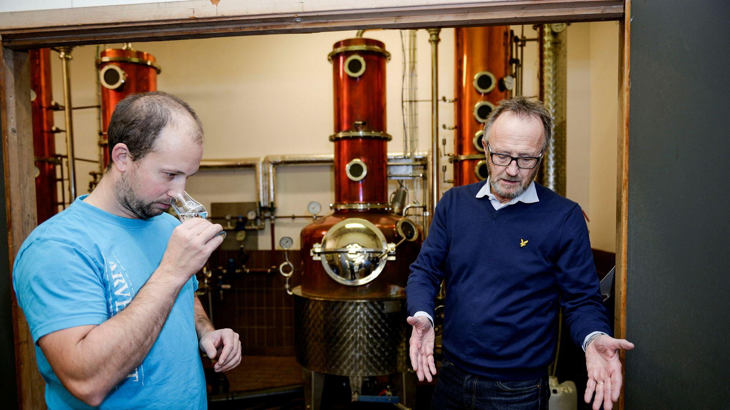 Odd Johan Nelvik (til høyre) og daglig leder Fabian Widmer viser frem noen av ingrediensene i suksessen Harahorn gin hos brennevinsprodusenten K G Puntervold i Grimstad.