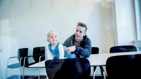 Revisor Martin Thon (31) har personalansvar og er opptatt av karrieren. Det hindrer ham ikke fra å være hjemme med Tobias (9 måneder) i til sammen 22 uker. Foto: Gorm K. Gaare