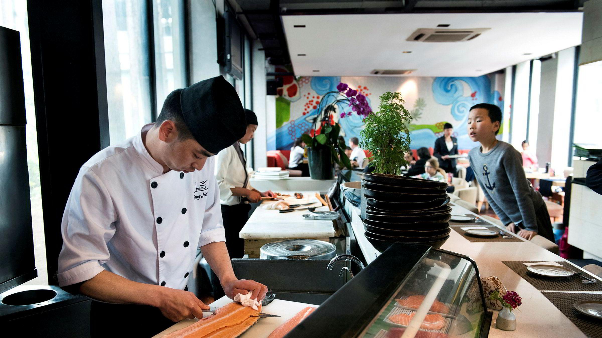 I 2017 måtte kokken Feng Jiang på restauranten Haiku i Shanghai ta til takke med skotsk laks. Siden den gang har salget av norsk laks helt tatt av i Kina. Denne uken passerer salget 100 milliarder i 2019.