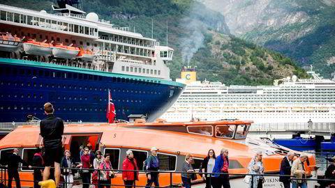 Geiranger med 230 fastboende har i år mottatt 390.000 cruiseturister. Nå er det flertall på Stortinget for å åpne for at kommuner som ønsker det kan innføre en egen turistskatt.