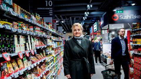 Forbrukerrådets leder Inger Lise Blyverket er bekymret hvordan et fåtall aktører sitter igjen med det meste av overskuddet innen norsk dagligvare. Her er hun i en Meny-butikk som eies av landets største dagligvareaktør, Norgesgruppen.
