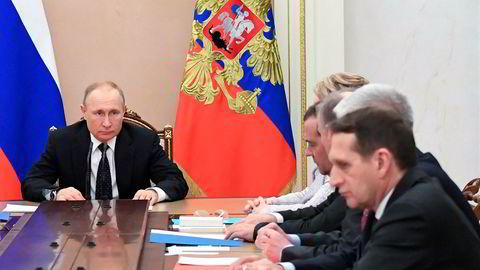 President Vladimir Putin ledet møtet i det russiske Sikkerhetsrådet i forrige uke. Russland er offensive og kan bruke krisen til å splitte nasjoner og undergrave tilliten til myndigheter og institusjoner, skriver artikkelforfatteren.