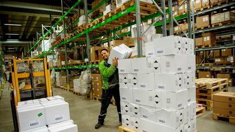 På Bring-lageret på Berger har de ansatte lempet Antibac hele helgen. Her er Ricelli Henandez i ferd med å gjøre klar en ordre.