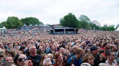Hva er oddsen for at en slik forsamling av mennesker kan stå så tett i august? Null.